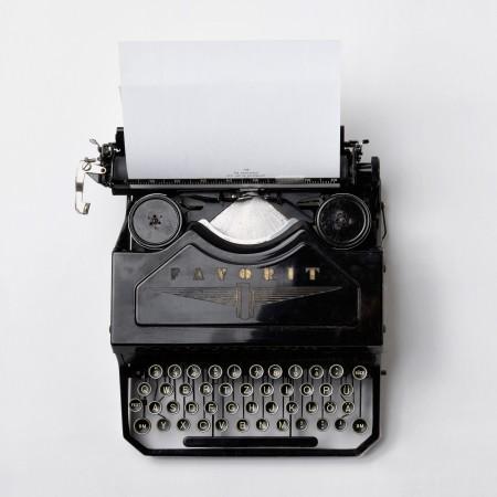antique manual typewriter florian-klauer-mk7D-4UCfmg-unsplash